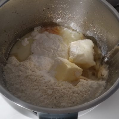 Aggiungere le uova, lo zucchero, la farina, il latte, il burro, il lievito e impastare 20 sec. vel. 5.