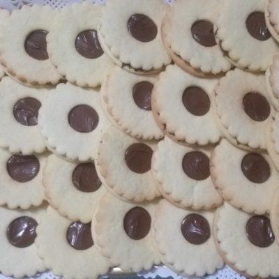 Biscotti di pasta frolla a crema di nocciola