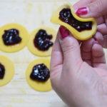 fiocchetti di pasta frolla con marmellata