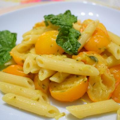 Pennette con pomodorini gialli e zucchine