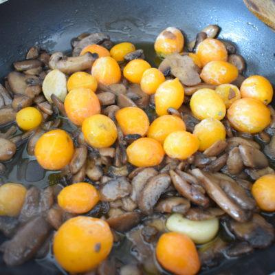 Casarecce con funghi e pomodorini gialli