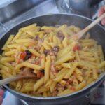 Pasta con seppioline, pomodori e olive