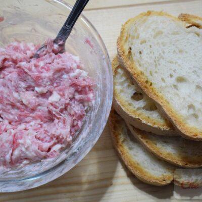 Pane con salsiccia e stracchino